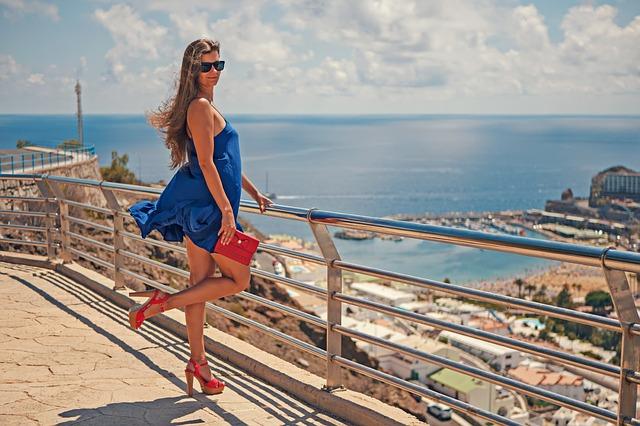 Frau mit passender Kleidung für Ausflug
