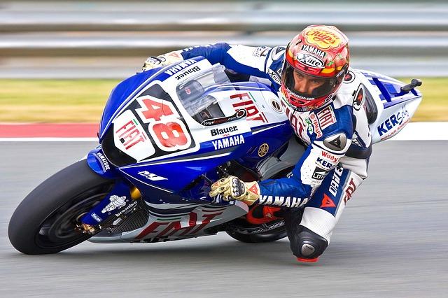 Motorradfahrer in Action mit passender Kleidung
